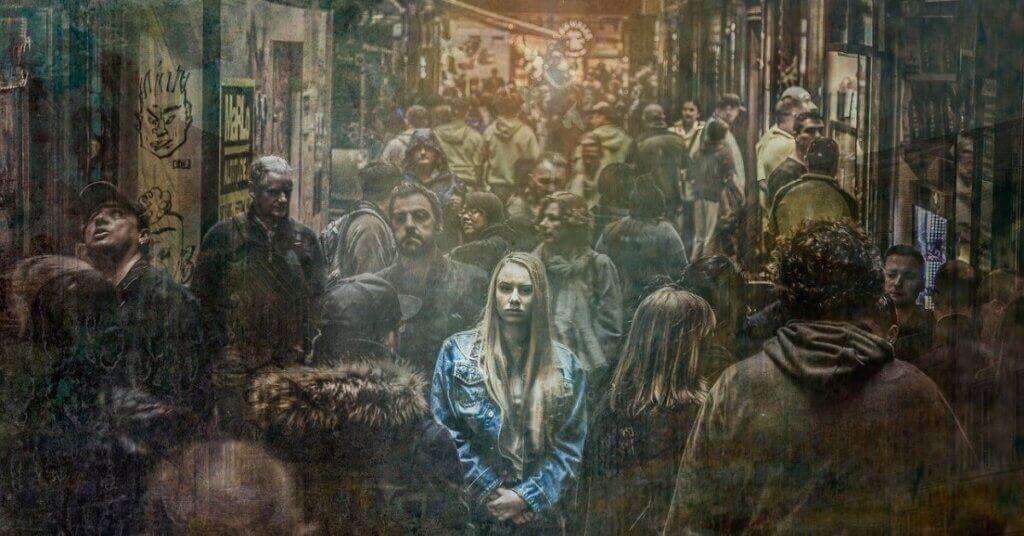 immagine ragazza sola, folla, ansia