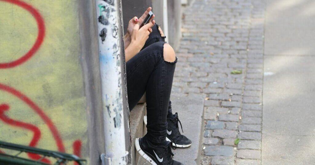 adolescenza, ragazza, smartphone, ribelle, scarpe nike, pantaloni strappati